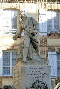 Ville de Rugles, monument aux morts de la commune, soldat grenade à la main, département de l'Eure, Normandie, France