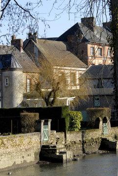 Ville de Rugles, la ville au bord de l'eau en hiver, maisons traditionnelles et tourelle, département de l'Eure, Normandie, France