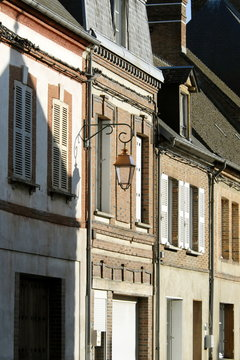Ville de Rugles, façade typique en briques et réverbère, département de l'Eure, Normandie, France