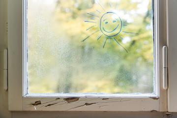 Fenster vereist mit Dekoration zu Weihnachten, Deko und Winter