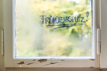 Fenster als und dreckig, Wort Frühjahrsputz, putzen und aufräumen in der Wohnung