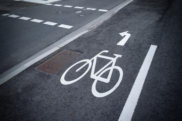 Radweg mit Rad-Symbol in der Stadt