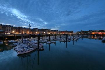Der Hafen von Dieppe in der Normandie bei Nacht