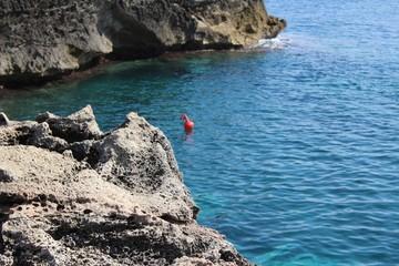 Mar con rocas del sud de Italia