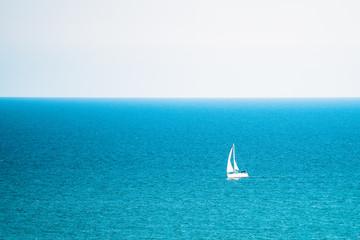 denizde yüzen yelkenli
