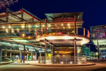 Fahrstuhl und Gangway am Stuttgarter Flughafen bei Nacht