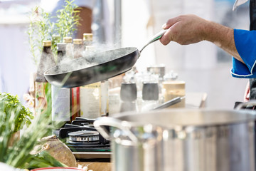Acrylic Prints Cooking Koch in der Küche Kocht Leckeres Essen