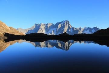 Foto auf AluDibond Reflexion Grandes Jorasses se reflétant dans un lac