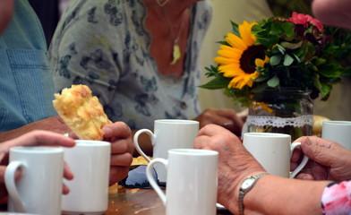 Kaffe und Kuchen auf Dorffest