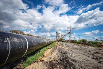 Zusammengeschweisste Stahlrohre einer Pipeline kurz vor der Verlegung