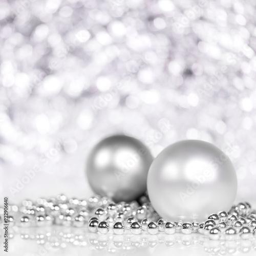 Christbaumkugeln Weiß.Christbaumkugeln Und Perlen In Silber Und Weiß Glitzernder