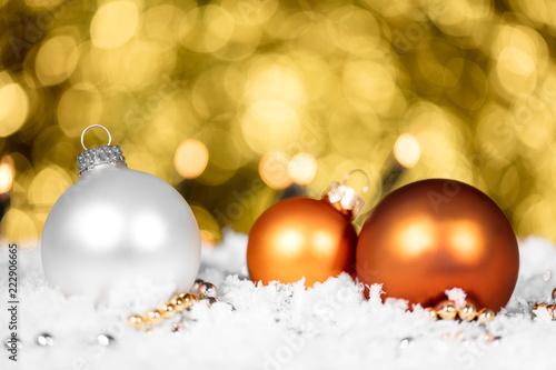 Glitzer Christbaumkugeln.Christbaumkugeln In Orange Und Weiß Im Schnee Hintergrund Gold