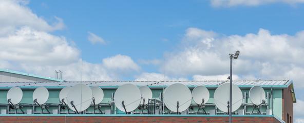 Satelitenanlagen zum TV Empfang auf einem Gewerbegebäude