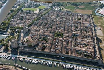 vue aérienne de la ville touristique d'algues-mortes dans le Gard en France