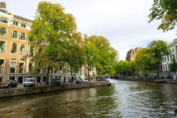 アムステルダムの川辺の街並の光景