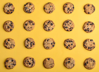 Photo sur Toile Biscuit Top view of chocolate chip cookies