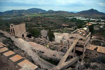 Antigua mina. Edificios industriales derrumbados.
