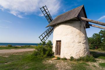 Väderkvarn på Gotland Djupvik med havshorisonten i bakgrunden