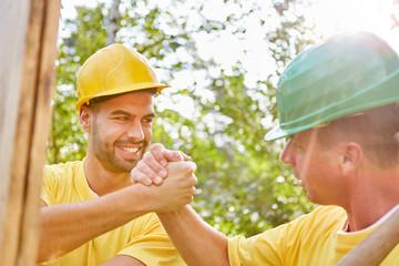 Handwerker machen Teamwork bei Hausbau