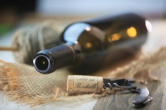 bouteille de vin rouge sur une table en bois