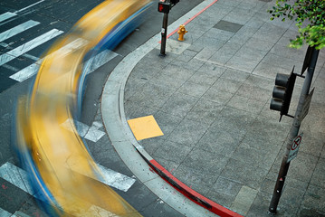 Multiple exposure of a taxi cab turning a downtown street corner as seen from above. Fotomurales