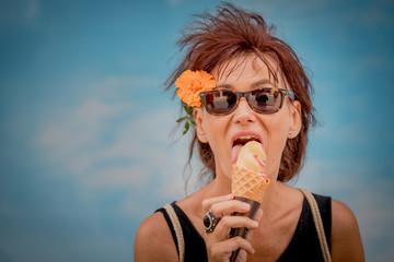 Femme mangeant une glace