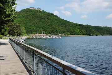Edersee Uferpromenade mit Schloß Waldeck