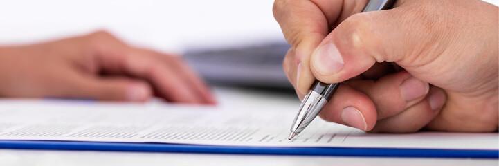 Datenschutzerklärung wird unterschrieben, Dokument und Unterschrift, Panorama