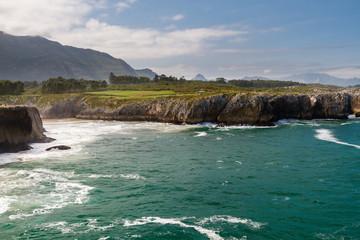 Fototapeten Kuste Mar Cantábrico, acantilados de los Bufones de Pría y montaña. Llames de Pría, Concejo de Llanes, Asturias, España.