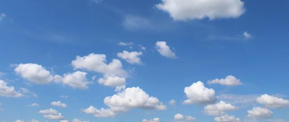 Nuvole nel cielo in una bella giornata