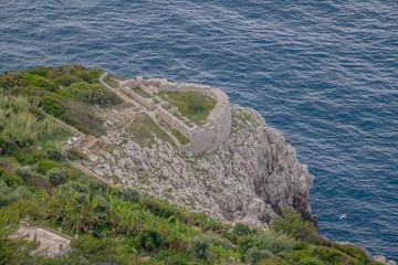 """Die Ruinen der Festung """"Fortino di Orrico"""" in Anacapri auf der Westküste der italienischen Insel Capri in Frühling."""