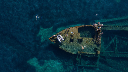 Photo sur Plexiglas Naufrage swimming over the old wreck Michelle, Adriatic sea, Croatia