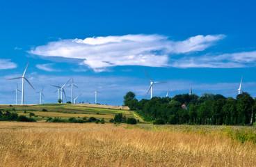 farma wiatrowa na wzgórzach koło Darłowa