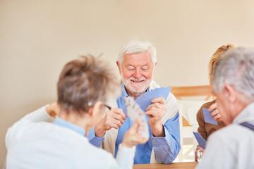 Gruppe Senioren hat Spaß beim Karten spielen