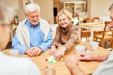 Senioren Paar spielt zusammen ein Brettspiel