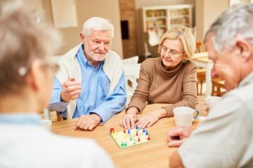 Senioren beim Brettspiel im Seniorenheim