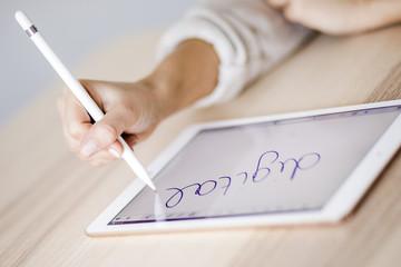 Studentin schreibt etwas auf ihrem Tablet
