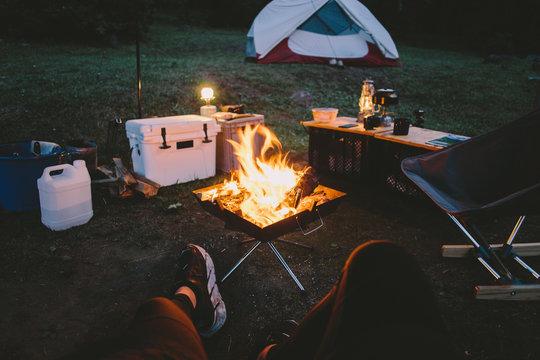 キャンプで焚き火 キャンプファイア