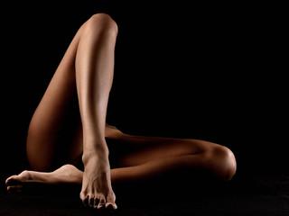 nudo artistico d'autore erotico di gambe nude abbronzate di donna nuda incrociate sexy erotche e sensuali