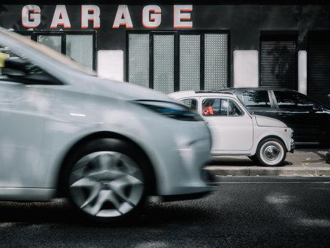 Voiture au garage, vie parisienne, Paris, France, Europe