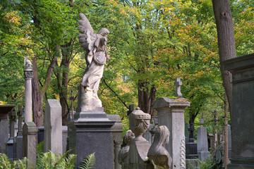 Gräber und Figuren auf dem alten Südfriedhof in München