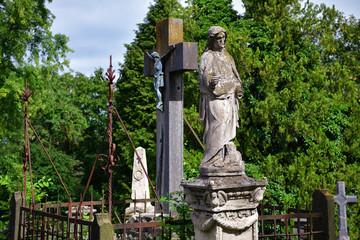 Gräber und Figuren auf einem Friedhof