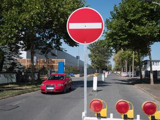 Einbahnstraßenschild auf einer Straße Baustelle