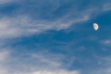 月と青い空