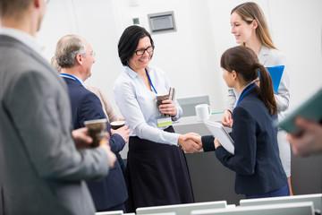 Zwei Geschäftsfrauen schütteln Hände
