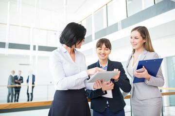 Drei Business Frauen mit Tablet Computer