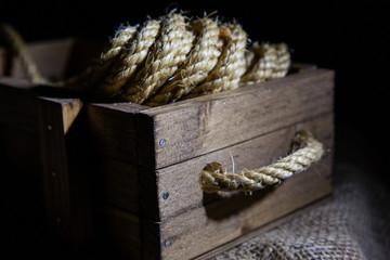 Cuerda de esparto en una caja de madera
