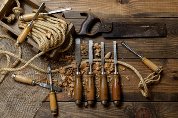 Mesa de trabajo con alguna herramientas de carpintero