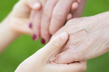 nonna e nipote che si tengono per mano