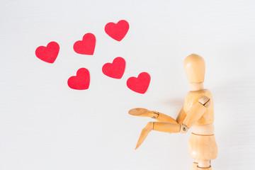 Conceptual, muñeco de dibujo y corazones